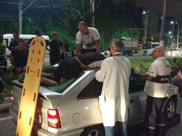 Atroplemanento ocorreu na avenida da praia, em Santos, SP (Foto: G1)