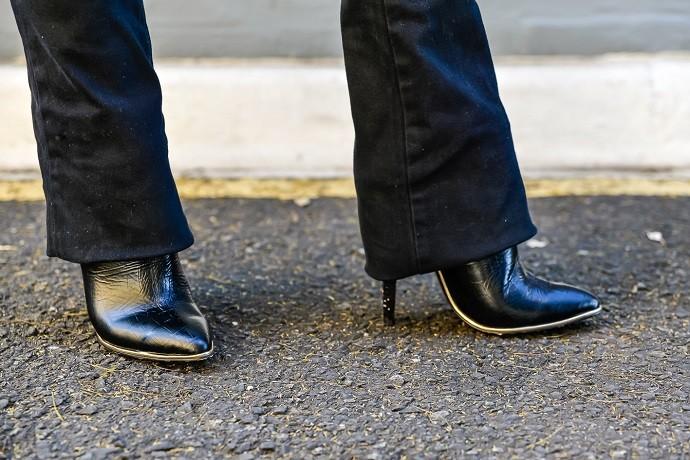 Botas pretas de bico e salto finos (Foto: Priscilla Fiedler/RPC)