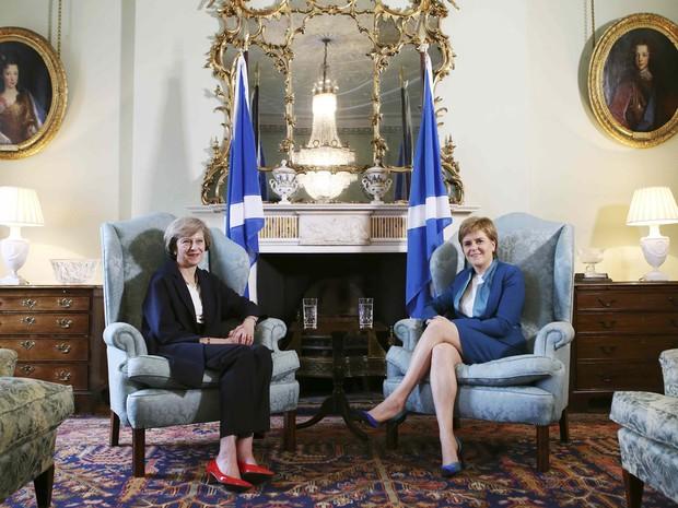 A nova primeira-ministra brianica, Theresa May, com a  primeira-ministra da Escócia, Nicola Sturgeon, em Bute House em Edimburgo (Foto: REUTERS/James Glossop)