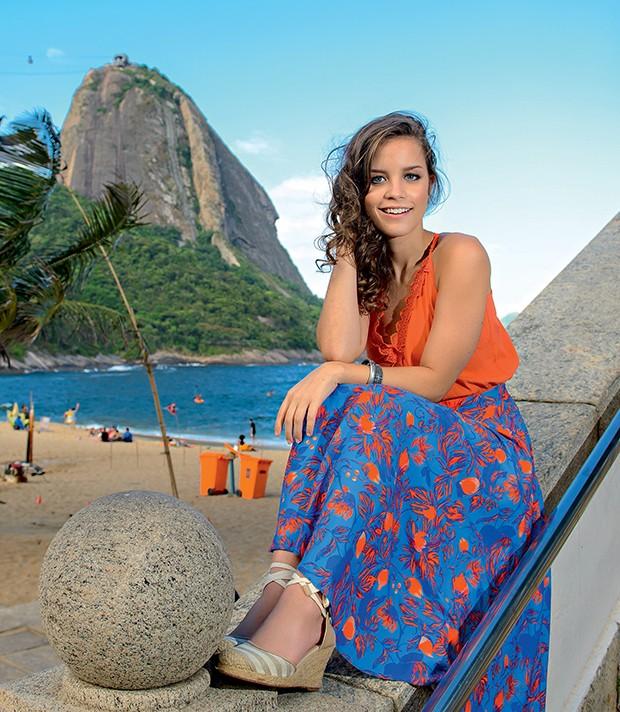 A atriz em uma escada do Círculo Militar da Praia Vermelha   (Foto:  )
