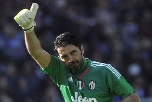 Buffon acena Juventus (Foto: REUTERS/Giorgio Perottino)
