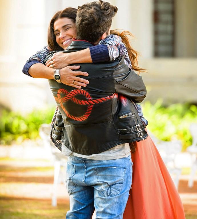 Ainda bem que Geppina já está melhor! Olha a felicidade deles (Foto: Ramón Vasconcelos/Globo)
