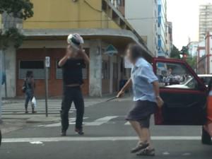 Briga entre taxista e motociclista no Centro de Porto Alegre (Foto: Reprodução/RBS TV)
