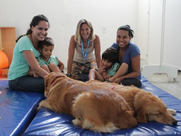 Zoóloga entre monitoras e crianças autistas durante tratamento com cães (Foto: Natália Souza/G1)