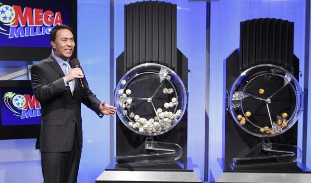 John Corvo, apresentador da Mega Million, a loteria dos EUA, anuncia os números sorteados. (Foto: Tami Chappell/Reuters)