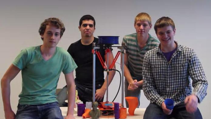 Estudante com amigos nos projetos (Foto: Reprodução/Kickstarter)
