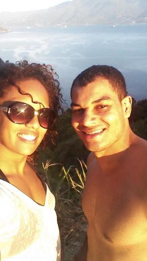 Aline Silva ao lado do marido Flávio Ramos (Foto: Reprodução / Facebook)