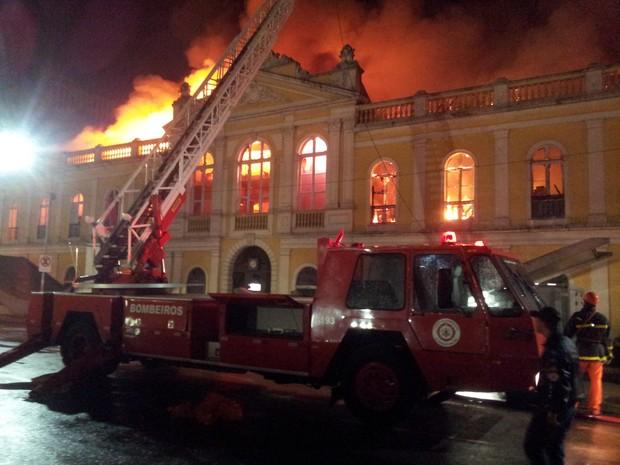 Bombeiros combatem incêndio no Mercado Público de Porto Alegre (Foto: Maurício Gonçalves/RBS TV)
