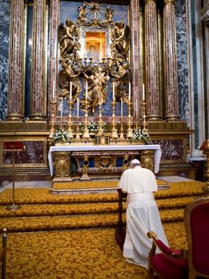 Papa reza na Basílica de Santa Maria Maggiore (Foto: Osservatore Romano/AFP)