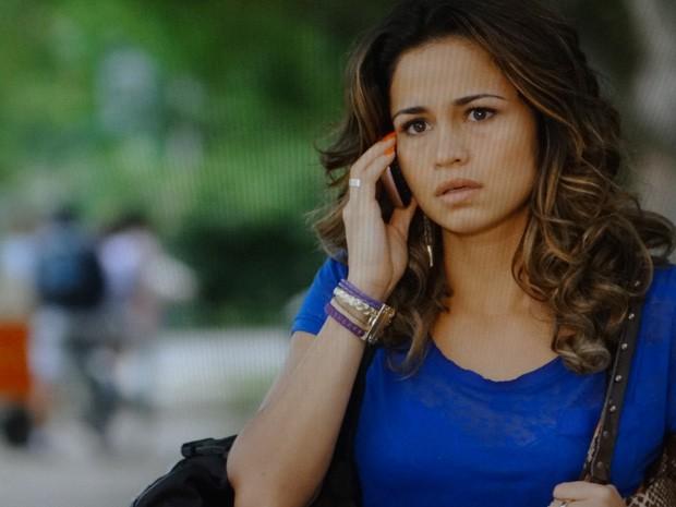 Morena atende ligação de Wanda (Foto: Salve Jorge/ TV Globo)
