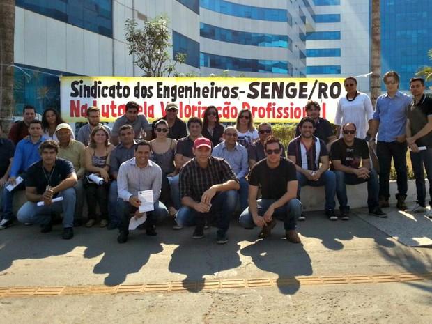 Manifestação do DER-RO foi realizada em frente ao Palácio Rio Madeira em Porto Velho (Foto: Hosana Morais/G1)