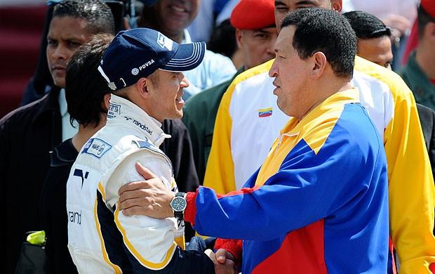 Pastor Maldonado e Hugo Chavez em exibição da Williams na Venezuela (Foto: AFP)