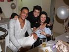 Simony leva o filho recém-nascido a festa de aniversário