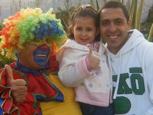 Abraão com a filha e o pai palhaço, que aprendeu a admirar. (Foto: Arquivo Pessoal)