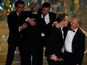 Equipe de 'Spotlight' recebe Oscar de melhor filme em Los Angeles. À frente, Michael Keaton abraça o diretor Tom McCarthy