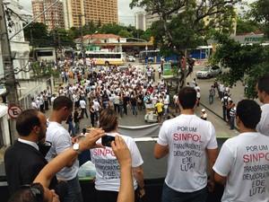 Cerca de 150 pessoas participam da caminhada (Foto: Débora Soares/G1)