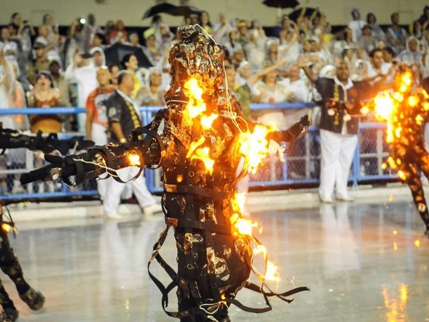 Integrante da comissão de frente da Mocidade 'pega fogo' durante desfile; carnavalesco Paulo Barros levou novo efeito especial para a Sapucaí (Foto: Alexandre Durão/G1)