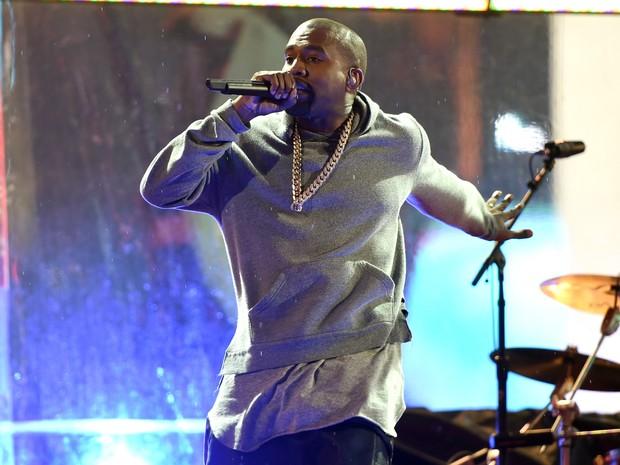Kanye West se apresenta com o U2 na Times Square, em Nova York, nos Estados Unidos (Foto: Timothy A. Clary/ AFP)