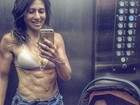 Gabriela Zugliani exibe barriga ultra sarada um mês após dar à luz