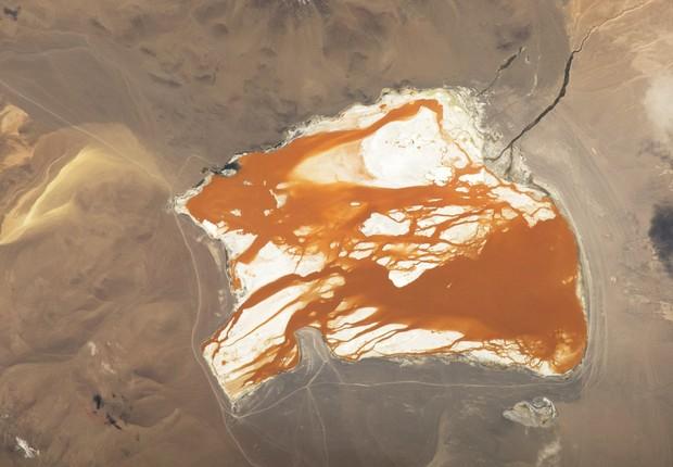 Laguna Colorada, um lago no lado boliviano da Cordilheira dos Anders, está localizado a 4,3 mil metros de altura acima do nível do mar. A presença de algas na água é responsável pelo tom avermelhado na água (Foto: NASA)