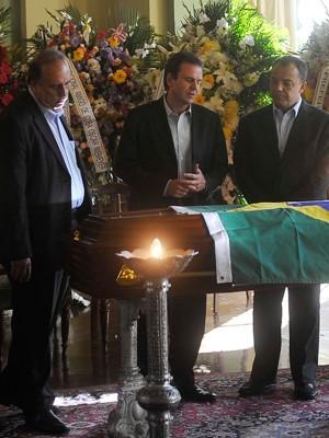 Governador Sérgio Cabral (à direita), o prefeito Eduardo Paes e o vice-governador Pezão entraram pouco antes de o portão ser aberto (Foto: Dhavid Normando/Futura Press/Estadão Conteúdo)