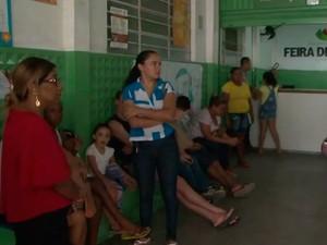 Fila para vacinação contra a febre amarela em Feira de Santana (Foto: Reprodução/TV Subaé)