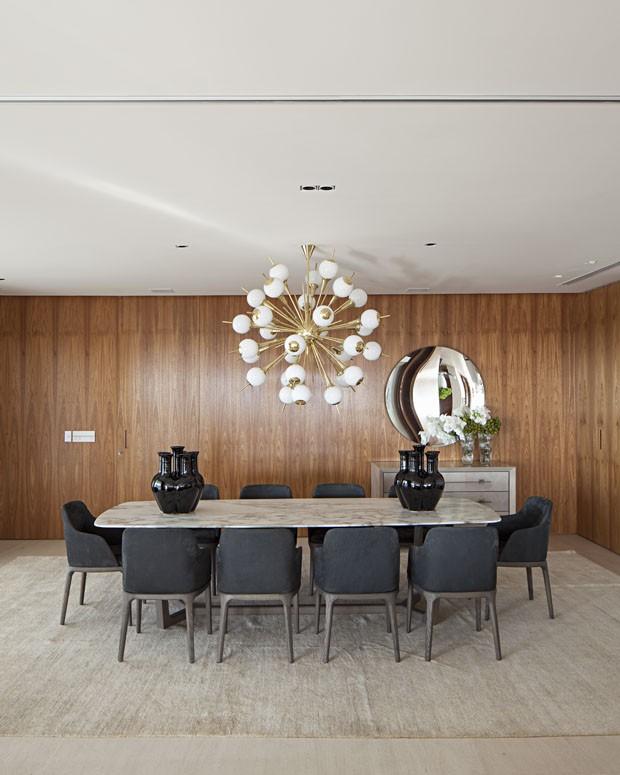 Décor do dia: Madeira envolve toda a sala de jantar (Foto: Reprodução)