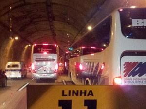 Fretados ficam parados na Imigrantes (Foto: Phelipe Nunez Veloso/VC no G1)