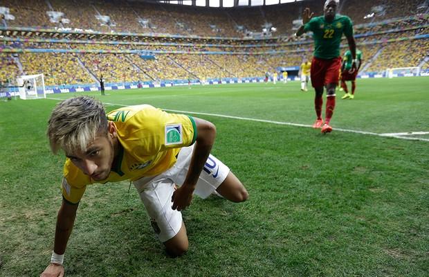 Allan Nyom volta para ajudar Neymar após empurra-lo  (Foto: AP Photo/Natacha Pisarenko)