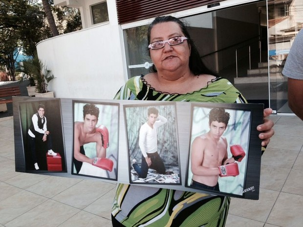 Tia mostra fotos do jovem Lucas, uma das vítimas do atropelamento em Sorocaba (Foto: Ana Levorato/ G1)
