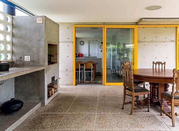 cozinha-porta-fogao-a-lenha-mesa-de-jantar-concreto (Foto: Edu Castello/Editora Globo)