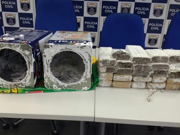 Maconha estava escondida em latas de massa corrida (Foto: José Dilermando/TV Globo)
