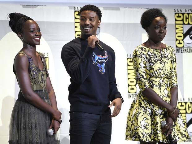 Lupita Nyong'o (esq.) ao lado de Michael B. Jordan e Danai Gurira durante painel da Marvel sobre 'Pantera Negra' (Foto: Chris Pizzello/Invision/AP)