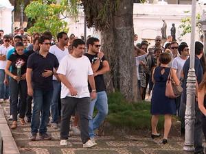 Família e muitos amigos acompanham enterro de irmãos mortos em acidente no bairro de Ondina, em Salvador (Foto: Imagem/TV Bahia)