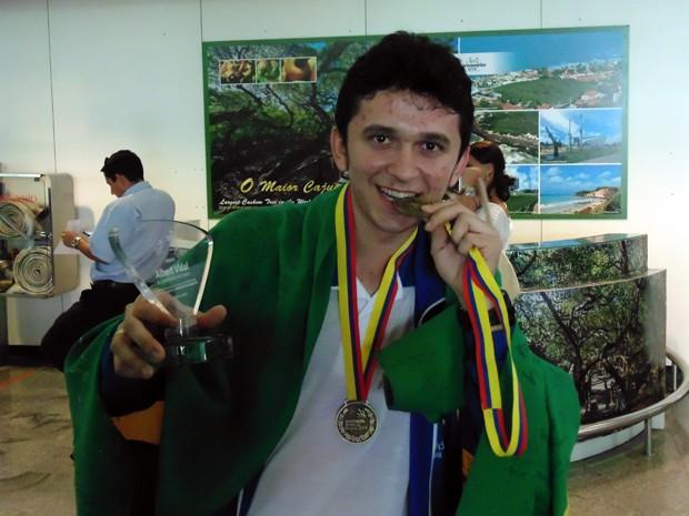 Rafael Morais com as duas medalhas e o troféu conquistados em Bogotá, na Colômbia (Foto: Felipe Gibson/G1)