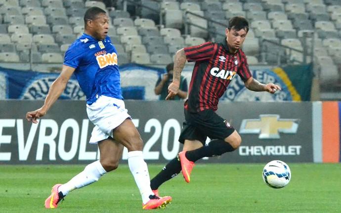 Julio Baptista Cruzeiro X Atlético-Pr (Foto: Bruno José / Agência estado)