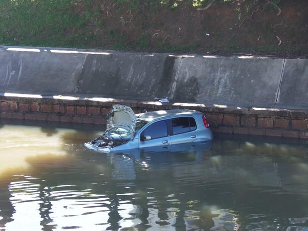 Após bater em outro, carro caiu no Arroio Dilúvio em Porto Alegre (RS) (Foto: João Laud/RBS TV)