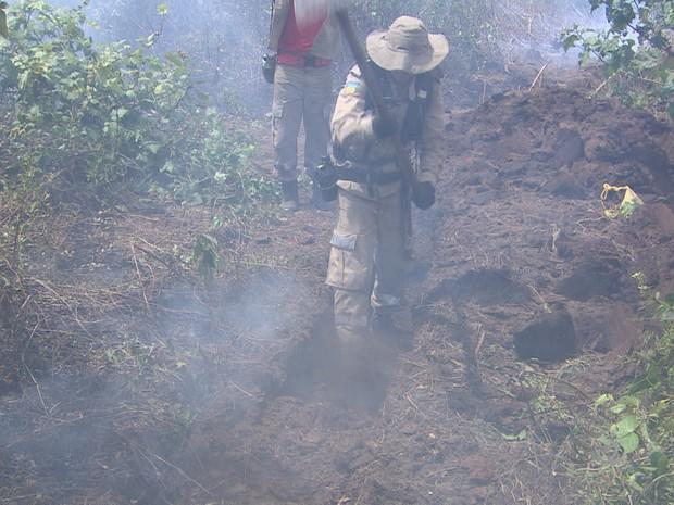 Brigadistas cavam trincheiras para evitar alastramento do fogo (Foto: Reprodução/TV Amapá)