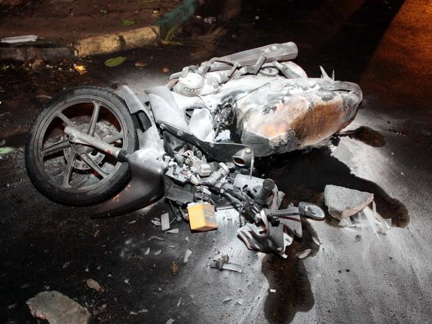 Motociclista deixou veículo na via após atropelamento em são Pedro e moradores atearam fogo (Foto: Diego Soares/São Pedro News)