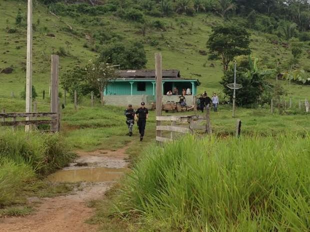 Suspeitos tentavam assaltar uma fazenda no momento da troca de tiros com a polícia.  (Foto: Suzi Rocha/G1)