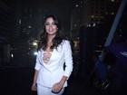 Nanda Costa escolhe visual comportado para comandar festa