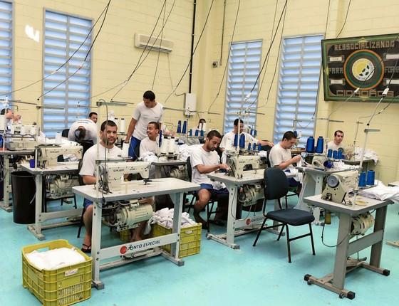 Oficina de costura da penitenciária estadual de Vila Velha,uma das  mais de 20 prisões construídas na última década   (Foto: Divulgação/SEJUS)