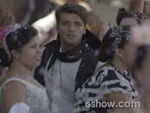 Franz encontra amada, mas os dois acabam brigando (Foto: Joia Rara/TV Globo)