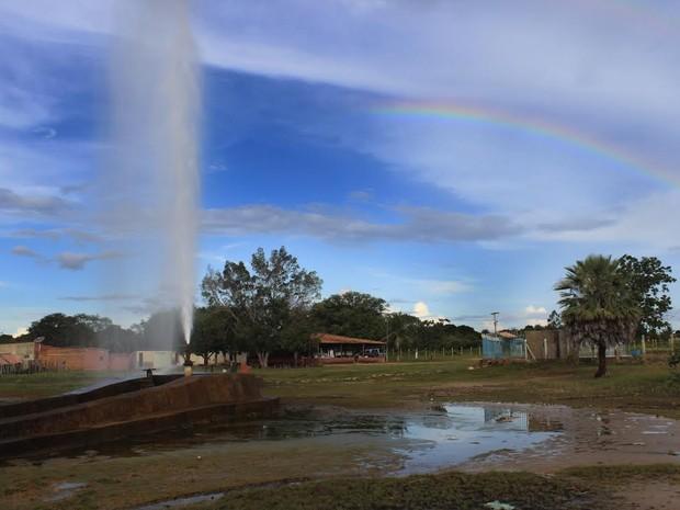 Poços jorram água a uma altura de aproximadamente 20 metros (Foto: Patrícia Andrade/G1)