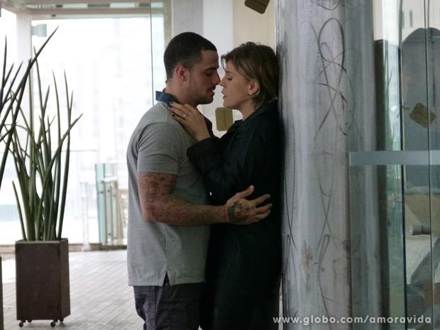 Bárbara Paz e Felipe Tito gravam cenas de intimidade em shopping (Foto: Amor à vida/TV Globo)