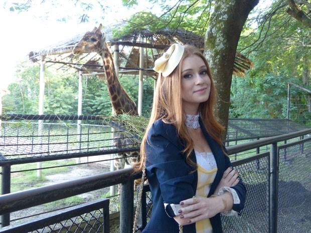 Marina Ruy Barbosa posa para a foto com Zagallo, a girafa do Zôo Rio (Foto: Amor à Vida/TV Globo)