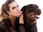 Lucilene Caetano posa com cachorro da raça rottweiler para revista