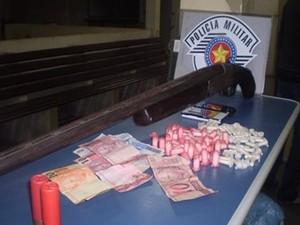 Polícia Militar apreende arma e drogas em Lorena, SP (Foto: Divulgação/ Polícia Militar)