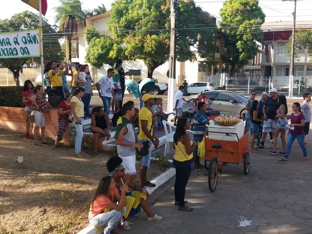 População se reuniu na Praça da Bandeira em Macapá (Foto: Abinoan Santiago/G1)
