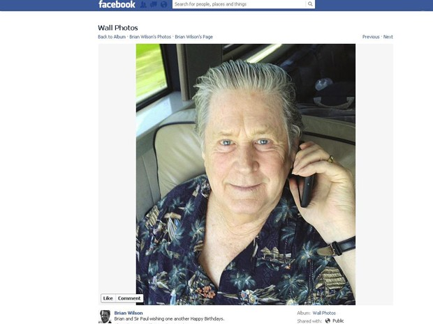 "Brian Wilson, dos Beach Boys, publicou foto em seu perfil no Facebook, na qual aparece com um celular, durante uma liga&#231;&#227;o para Paul McCartney. ""Brian e Sir Paul desejando feliz anivers&#225;rio um ao outro"" &#233; a legenda da imagem. Paul nasceu no dia 18 de junho de 1962 e Brian nasceu no dia 20 de junho do mesmo ano. Wilson &#233; o l&#237;der e principal compositor dos Beach Boys, que est&#225; de volta aos palcos e lan&#231;ou disco de in&#233;ditas neste ano.. (Foto: Reprodu&#231;&#227;o)"